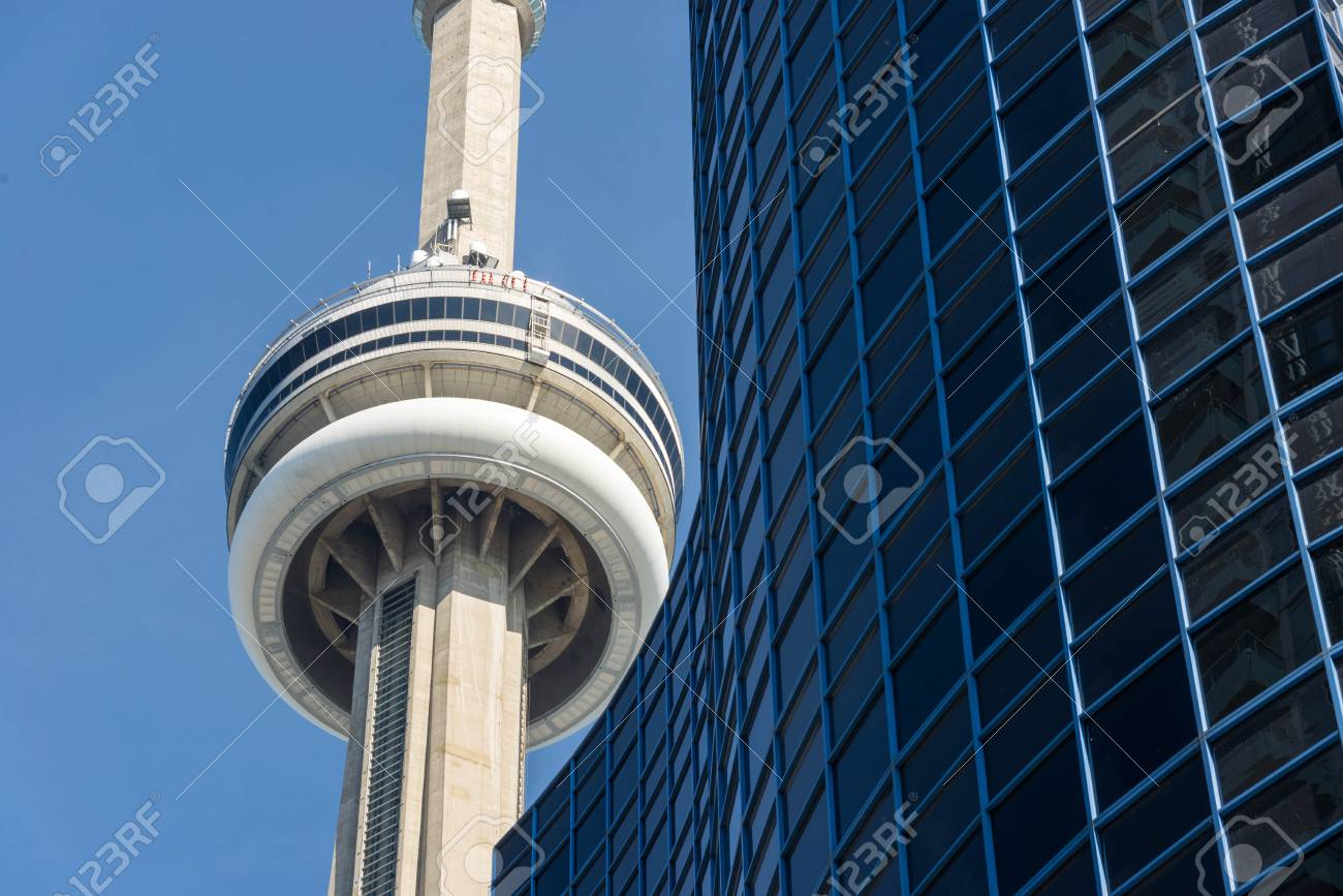 Gros Plan De La Tour Cn Encadree Avec Un Gratte Ciel De La Ville Dans Le Skyline De Toronto La Tour Cn Est La 6eme Structure Autoportante La Plus