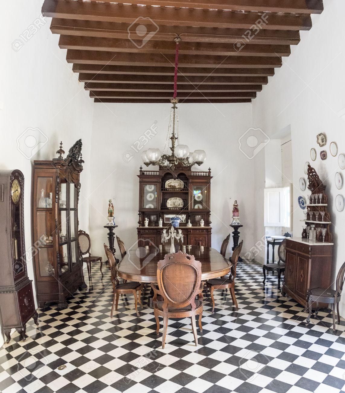 El salón comedor en el Museo de Arte Colonial, Sancti Spiritus, Cuba. Mesa  de comedor de madera, armarios para el almacenamiento de vajilla y reloj de  ...