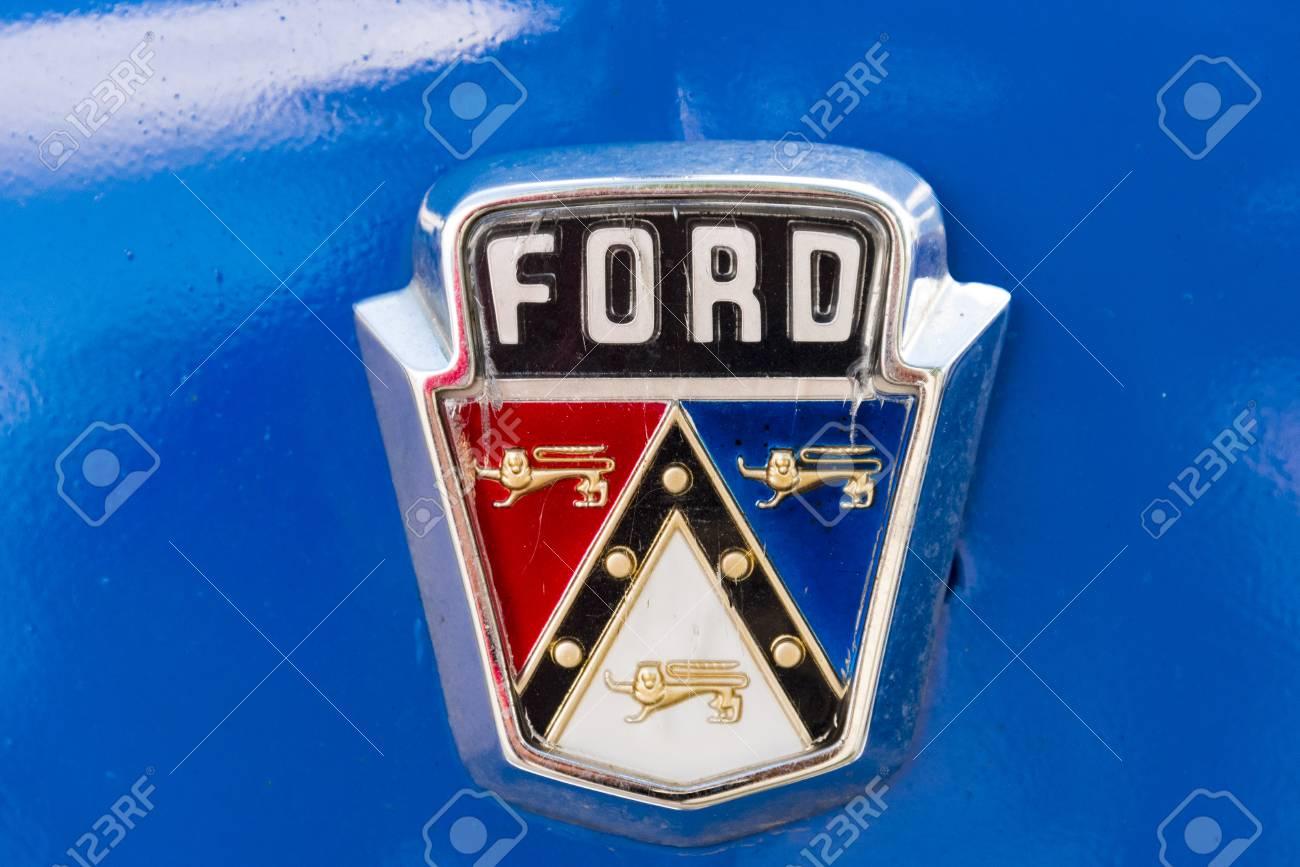Logo De La Marque Ford En Vieille Voiture Americaine Classique