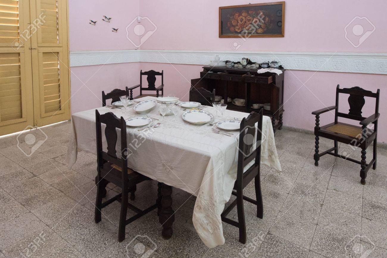 Muebles cubanos de comedor colonial, mesa al estilo de la época. La  conservación cubana de objetos antiguos y su historia es una atracción  turística ...