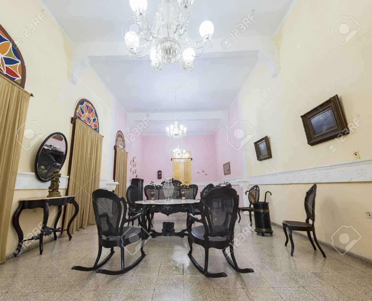 Spanische Koloniale Wohnzimmer Möbel Und Dekoration. Massive  Holzschaukelstühle, Typisch Für Kubanische Kultur. Standard