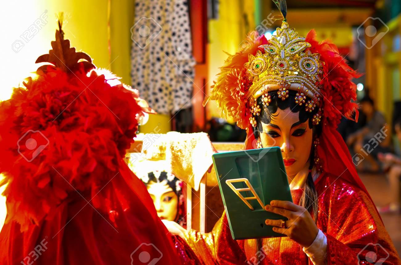 BANGKOK - OCTOBER 28: Unidentified Chinese opera actress of Thailand - 33183153