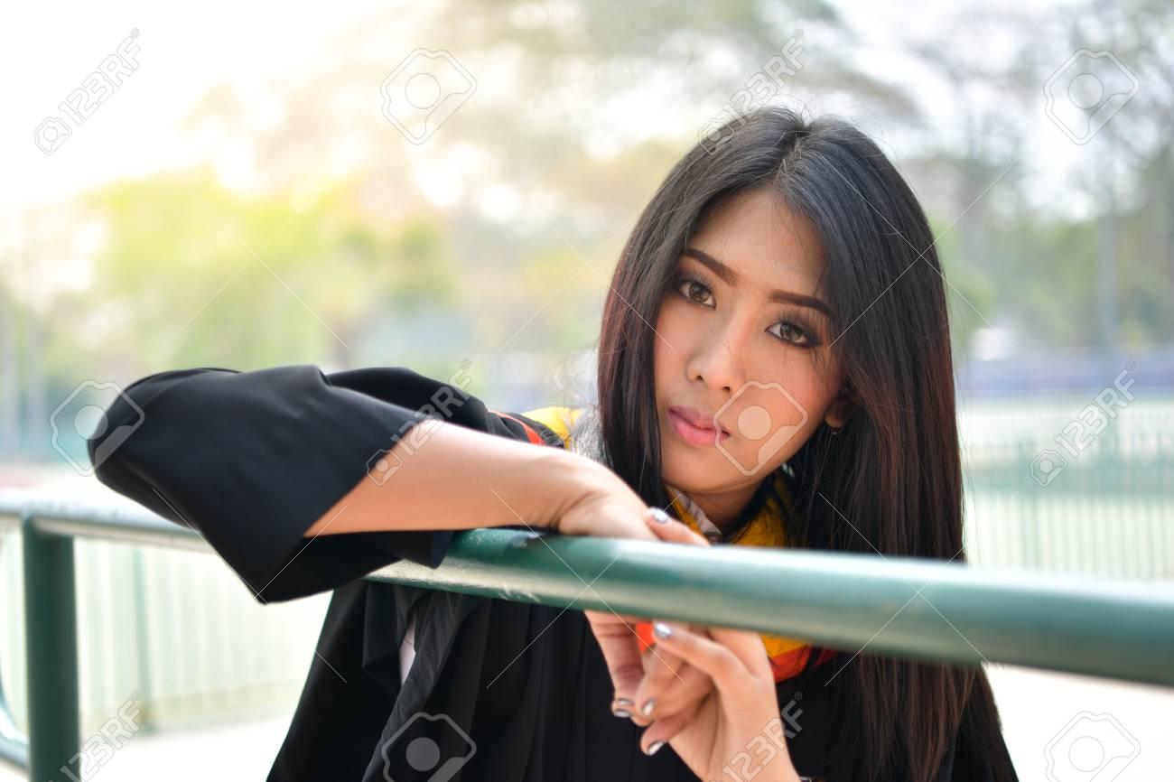 Retrato De Mujeres Lindas Asiáticas Graduado De La Universidad