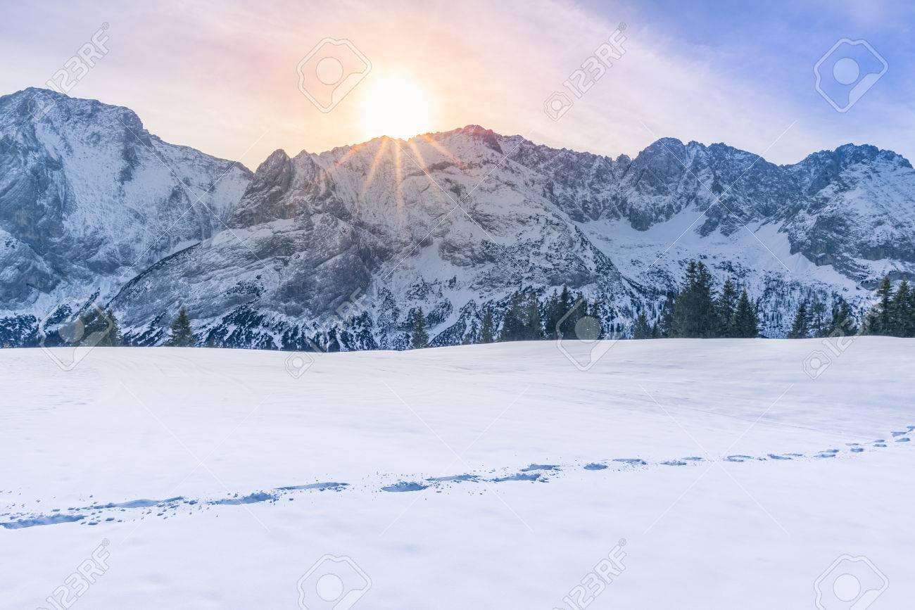 winterlandschaft berge mit sonne