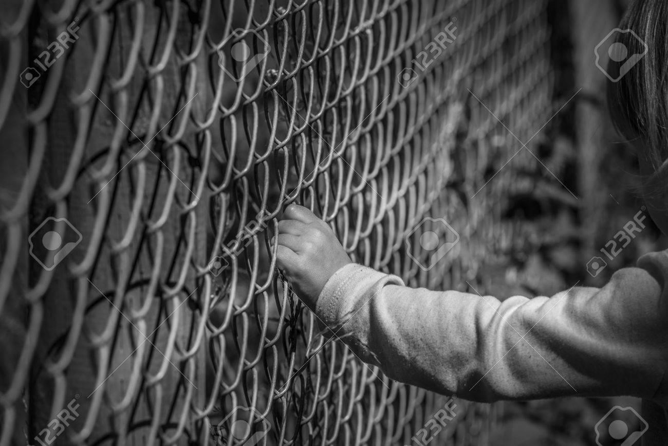 Schwarz Weiss Bild Von Einem Kleinen Madchen Hand Greifen Ein Metall