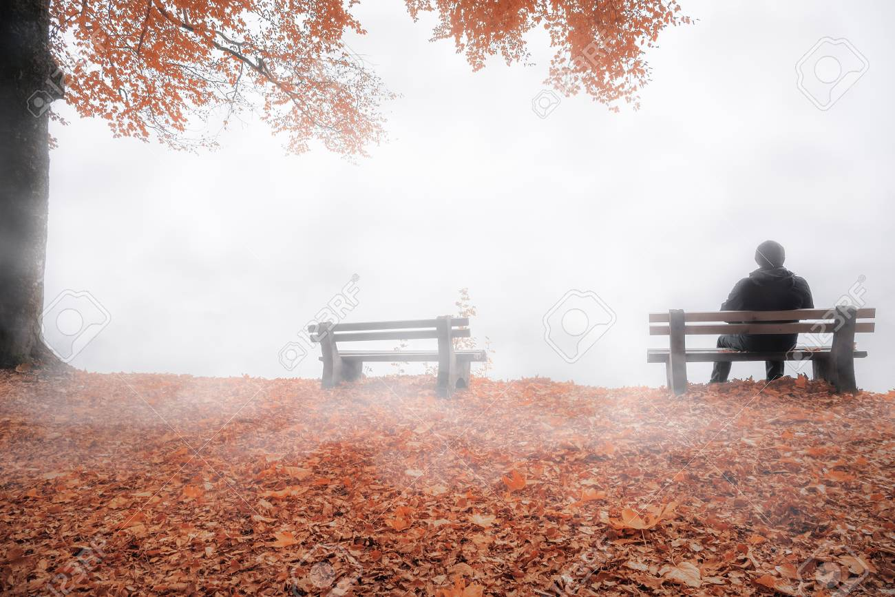 hombre sentado solo