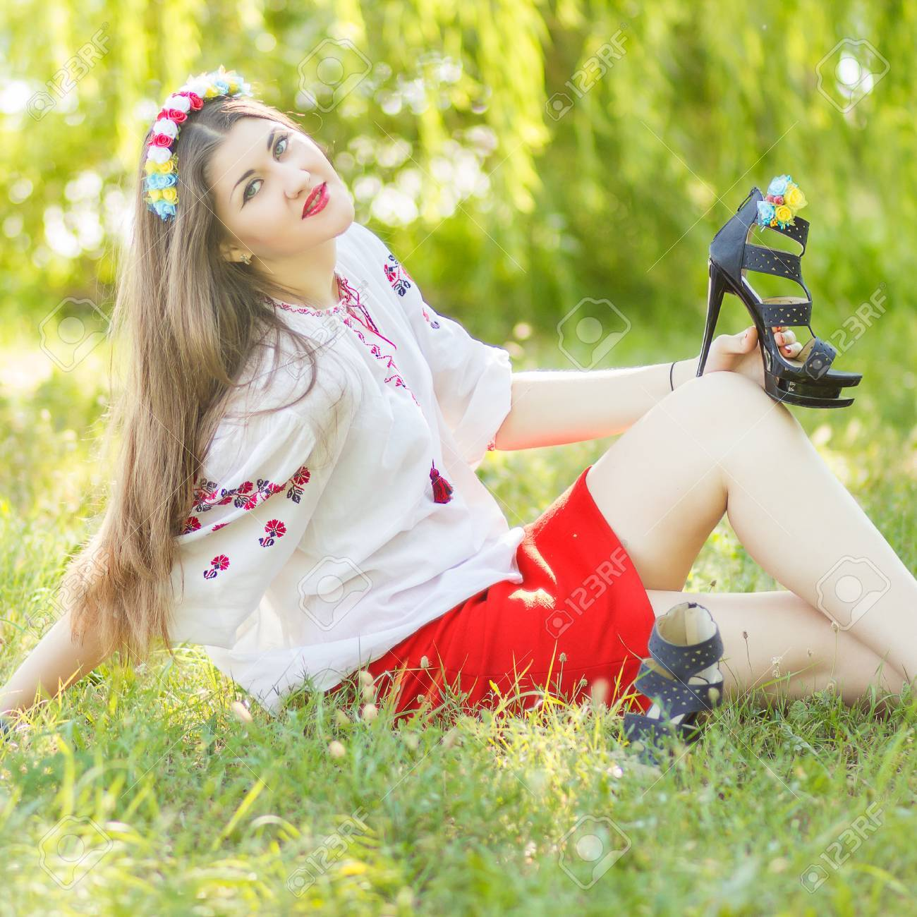 Девушка позирует лежа на траве фото фото 502-44