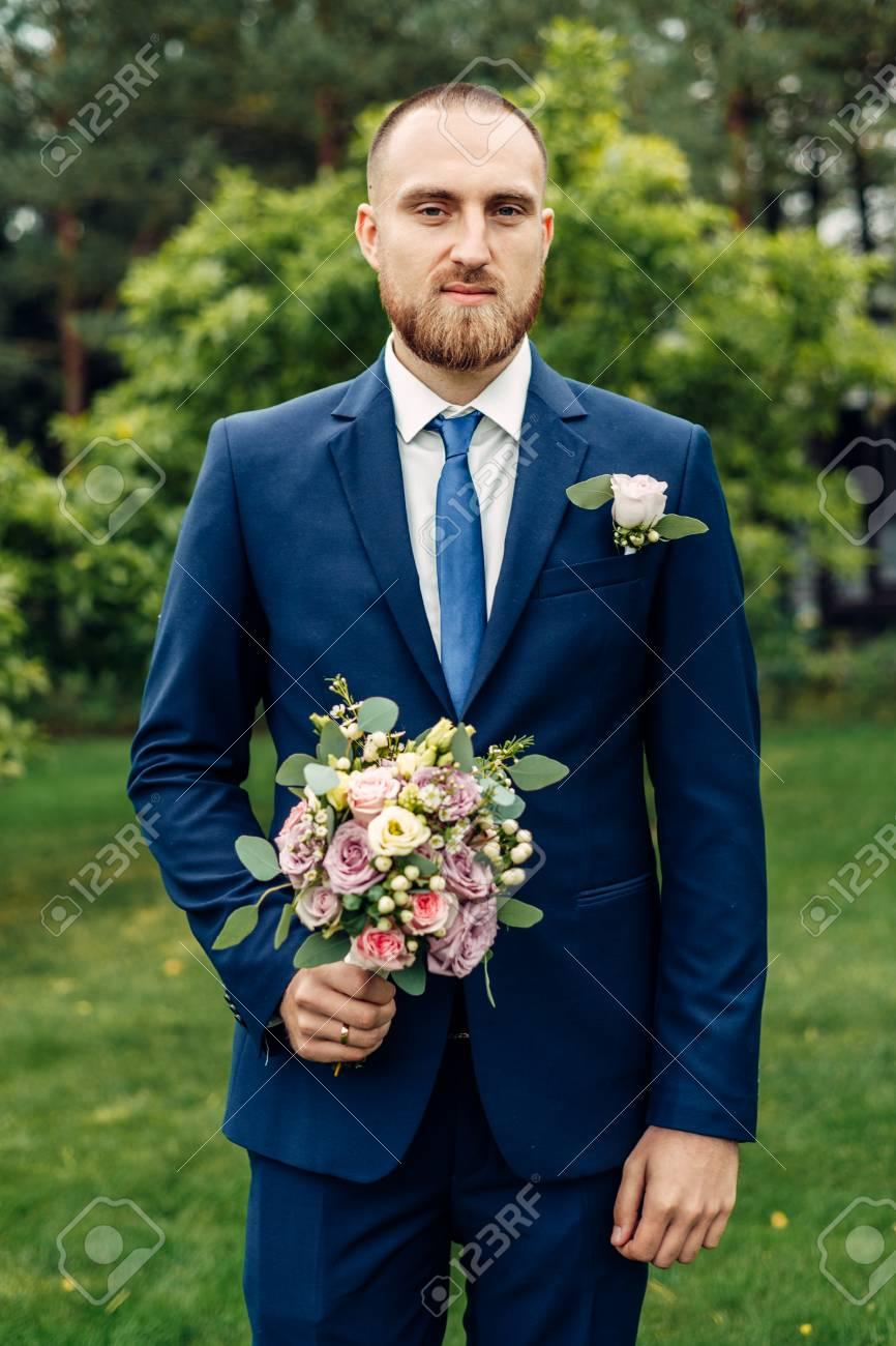 91317417-mari%C3%A9-dans-un-costume-avec