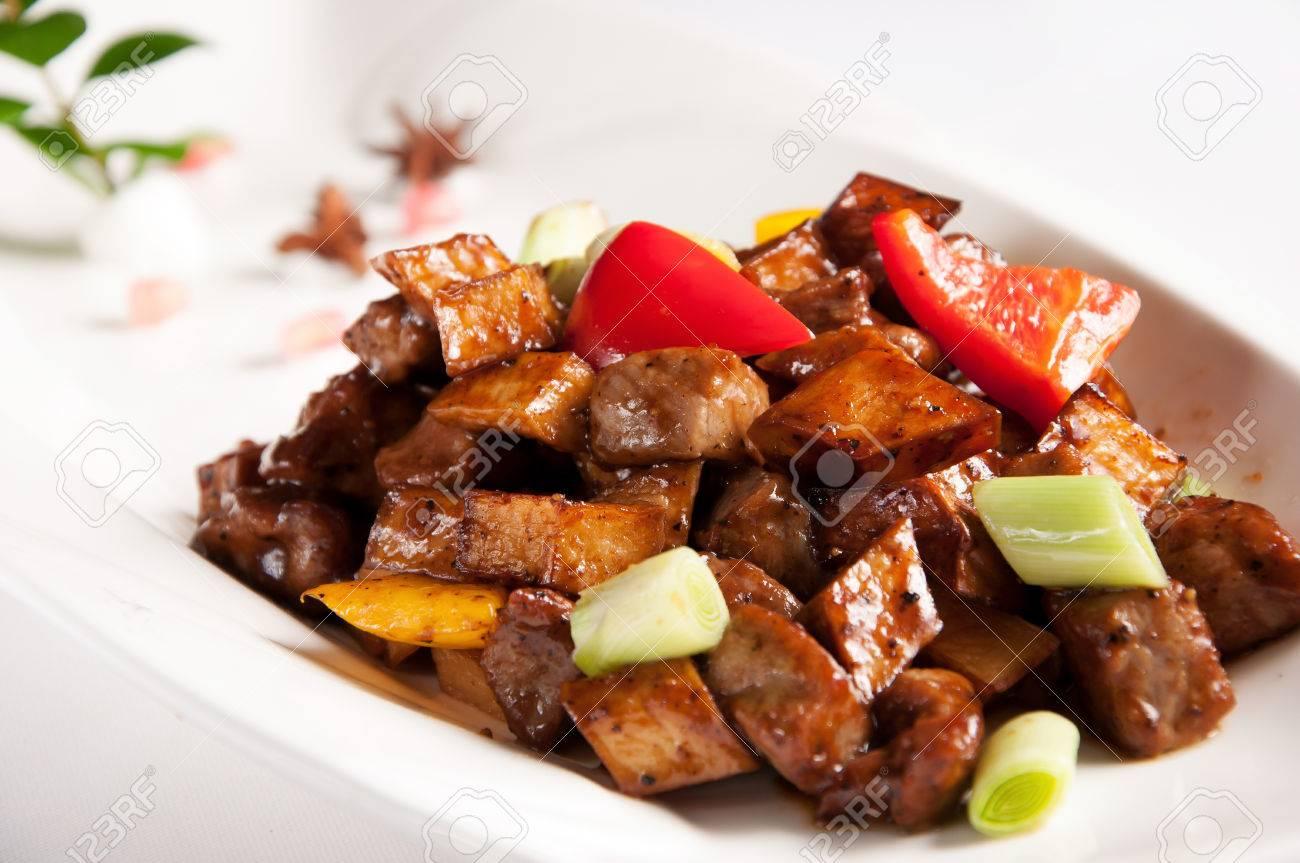 Cuisine chinoise stir boeuf frit avec du poivre noir et ...