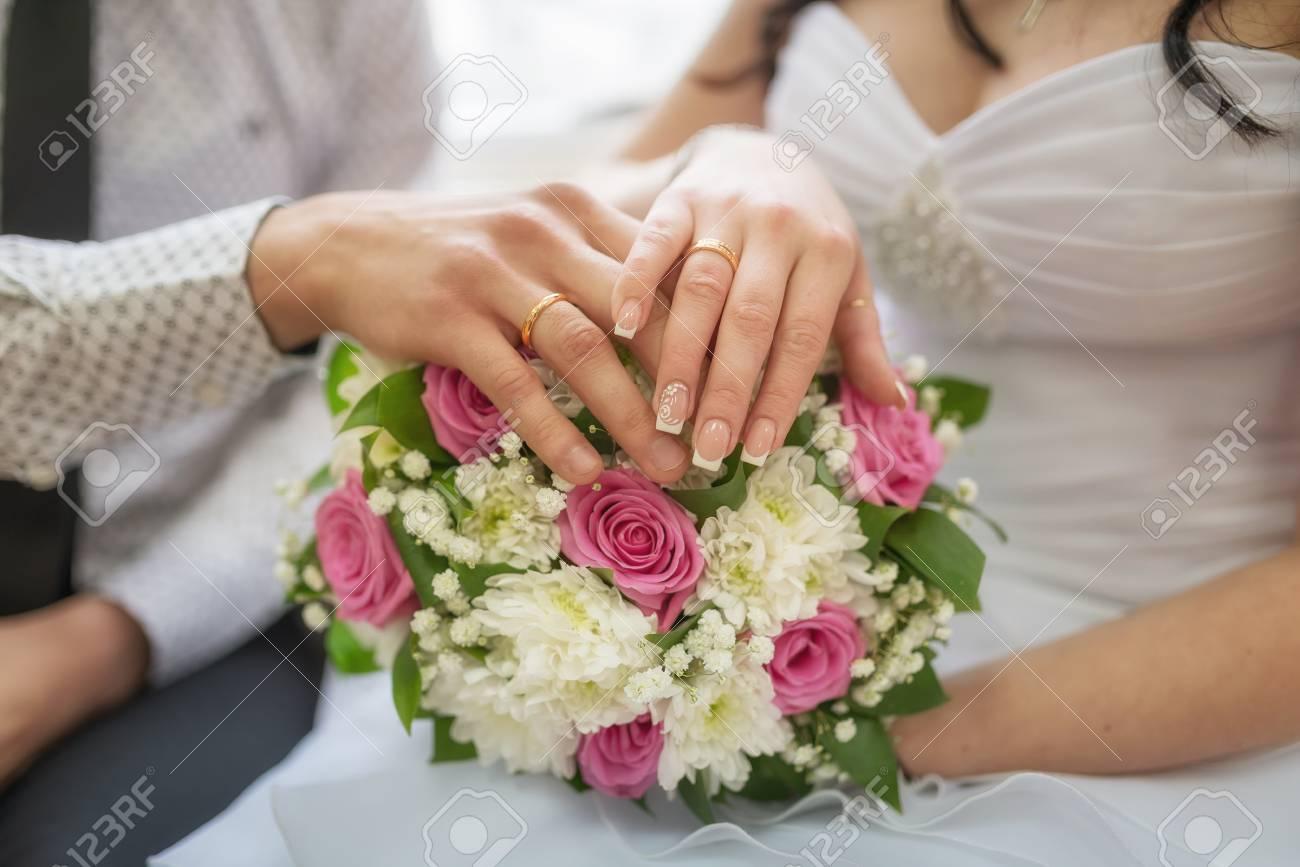 Goldene Hochzeit Ringe Auf Braut Und Brautigam Finger Mit Blumen
