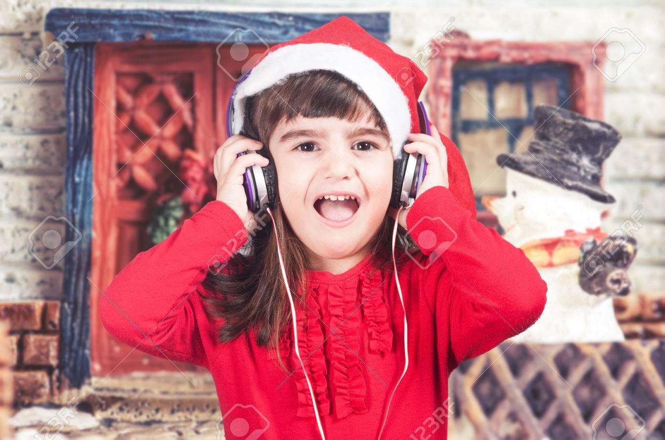 Escuchar Cancion Feliz Navidad.Nina Lleva Un Sombrero De Santa Escuchar Musica Y Cantar Canciones De Navidad