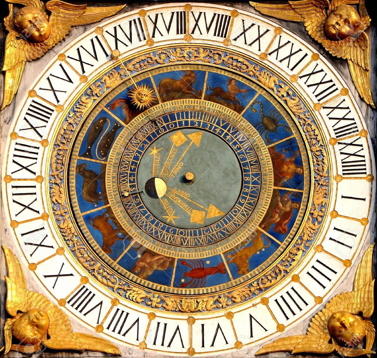 Orologio astronomico del Rinascimento a Brescia, Italia anni 1540-50 Visualizza le ore, le fasi lunari e dello zodiaco Archivio Fotografico - 12926256