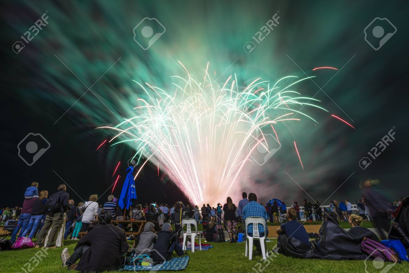 Melbourne, Australië 24 oktober 2015: Mensen kijken naar vuurwerk aan het Yarra Valley Balloon Festival in Melbourne, Australië