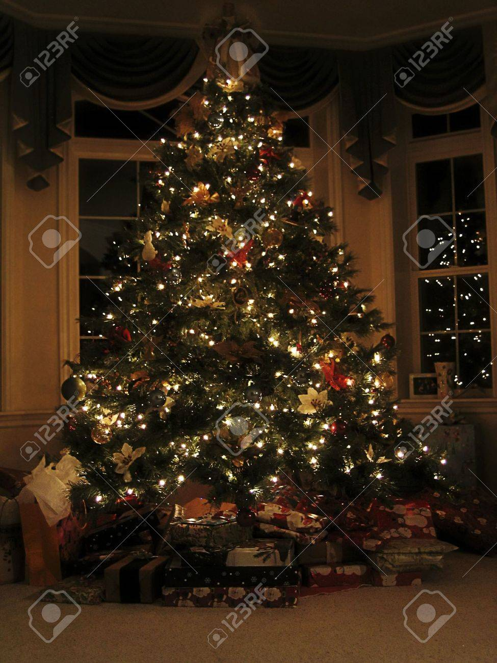 Ein Dekoriert Weihnachtsbaum Am Heiligen Abend Nacht Umgeben Von ...