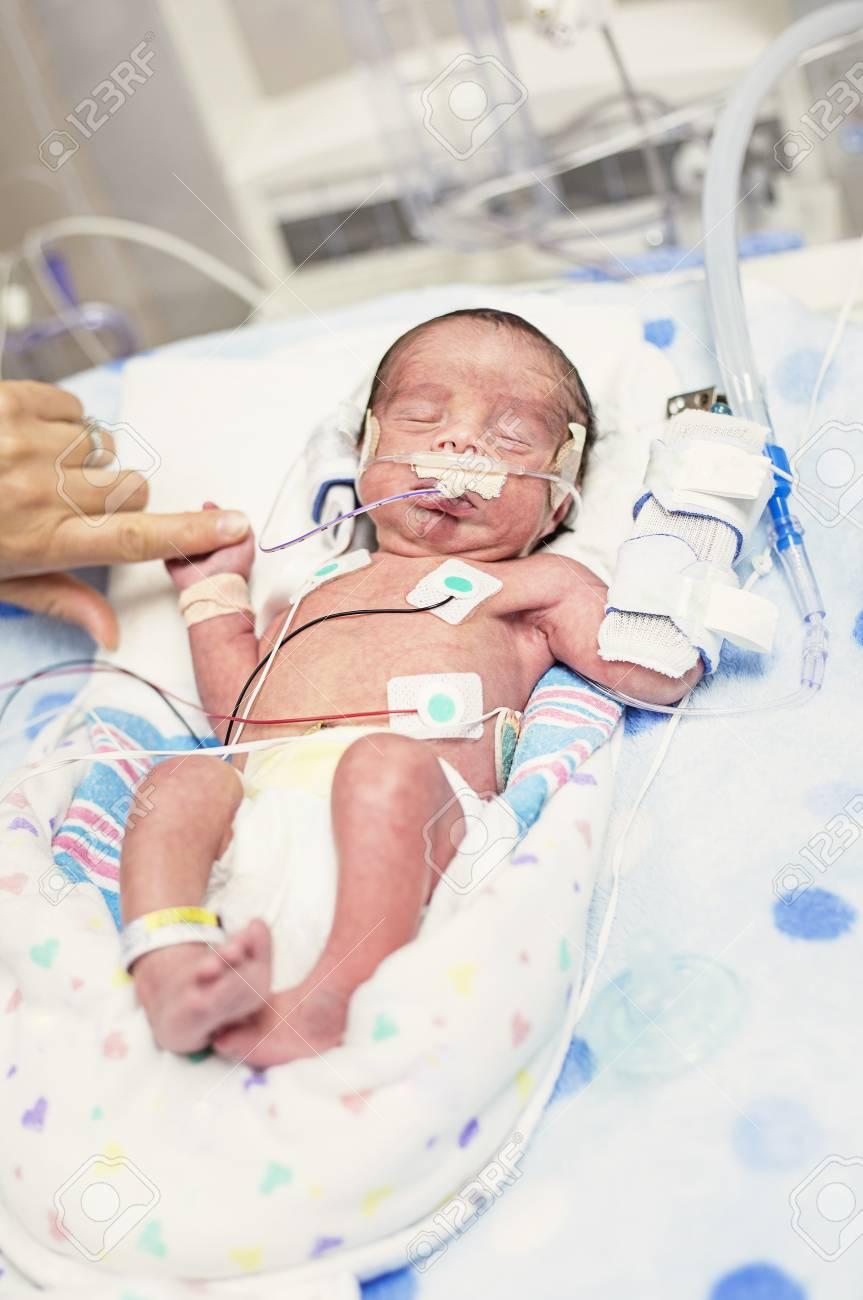 10d49c0f1 Foto de archivo - Madre tocando a su bebé recién nacido prematuro