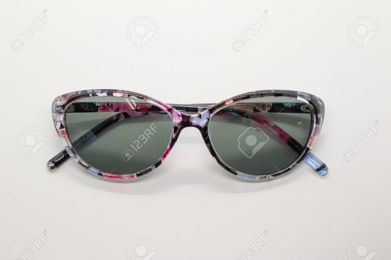 obtenir pas cher chaussures de course nouvelles photos Lunettes de soleil modernes à la mode sur fond blanc, lunettes