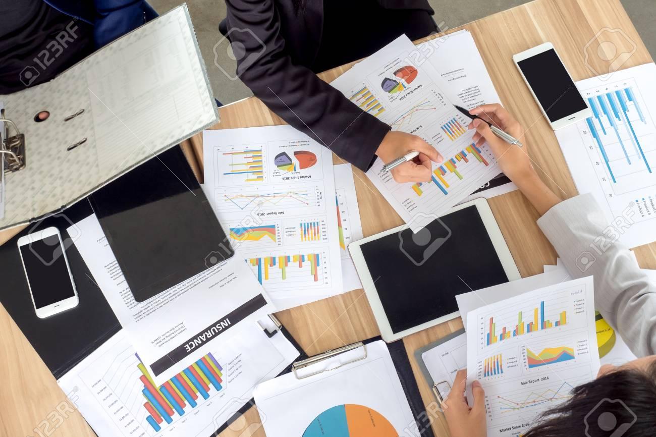 Vue de table de réunion bureau homme d affaires parlant de plan