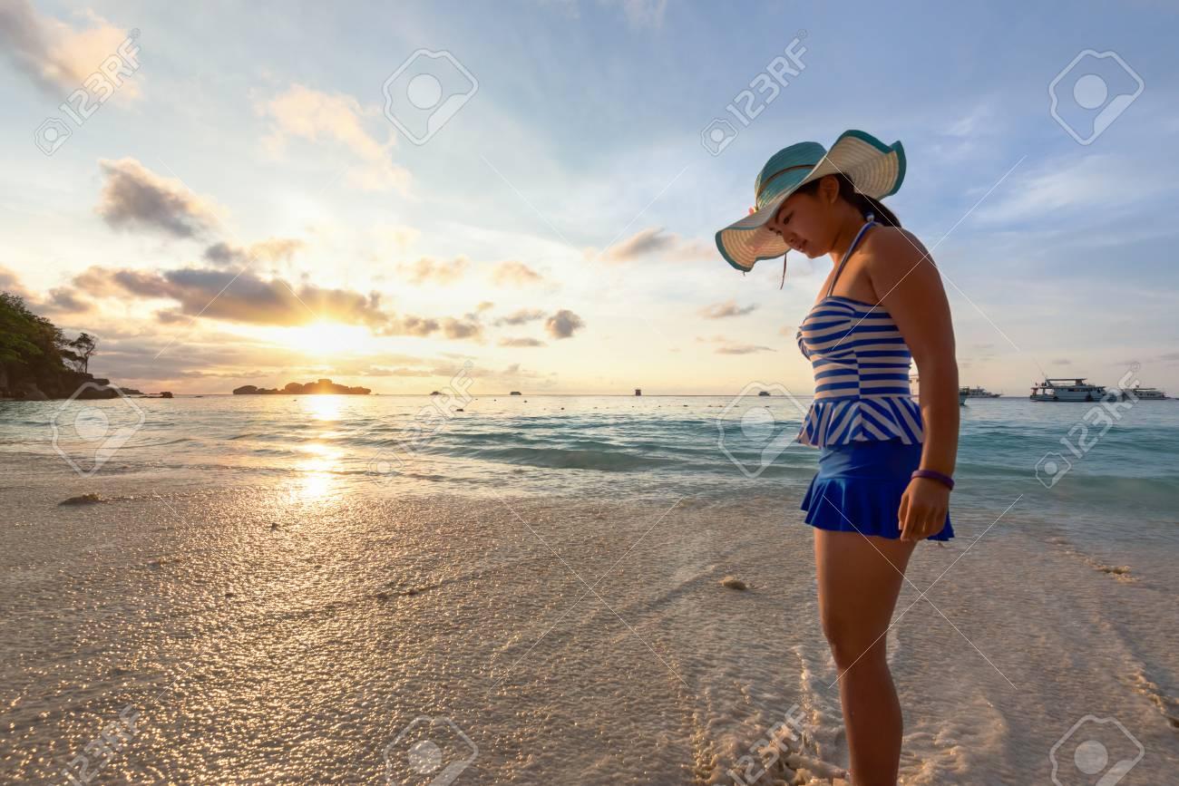 Immagini stock ragazza in un costume da bagno di sabbia e giochi d