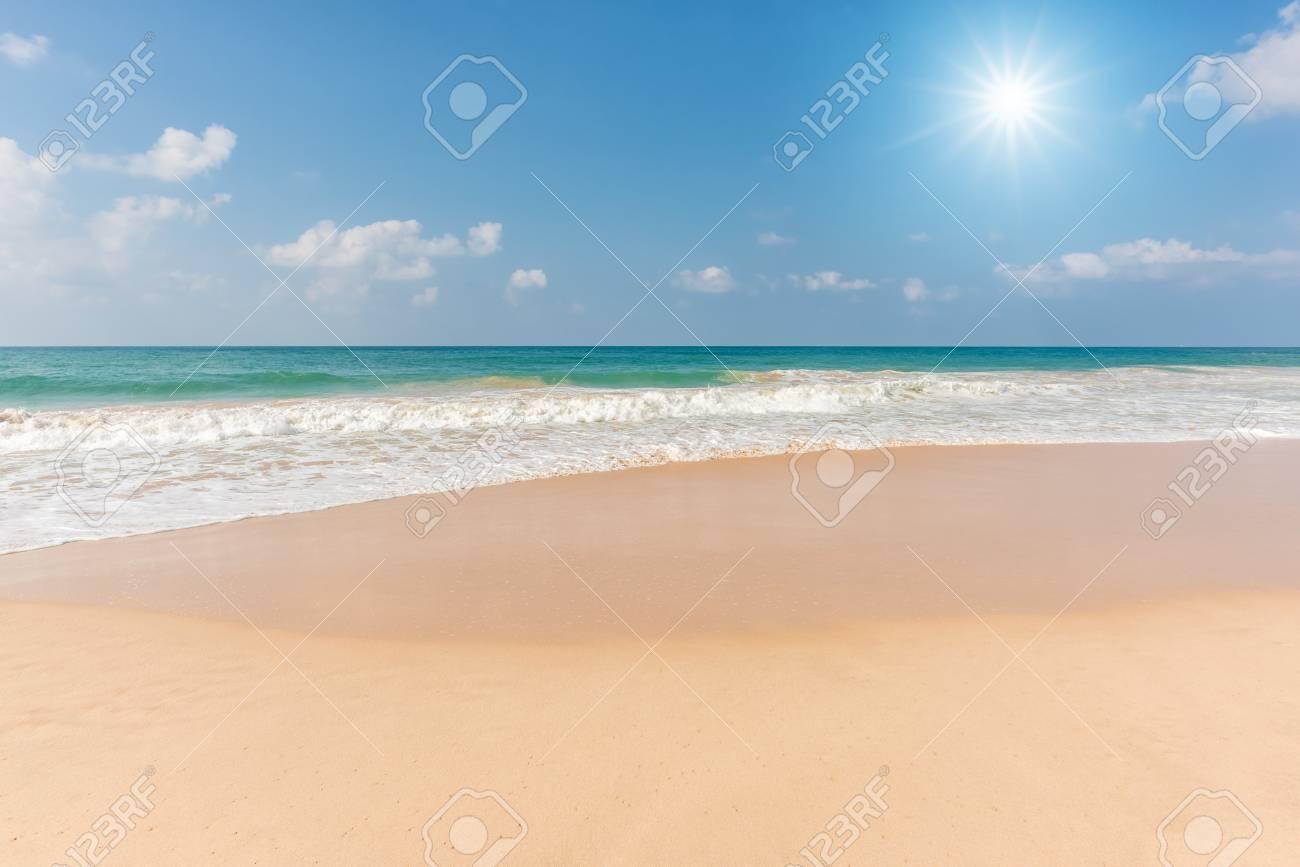 美しいビーチと熱帯の海、白砂の...