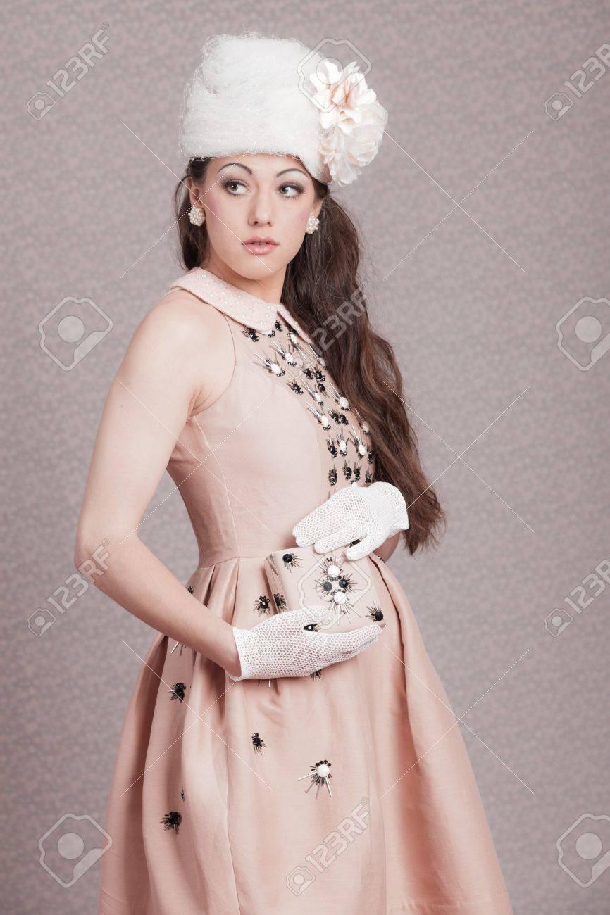 ロマンチックなヴィンテージ ファッション女性 ピンクのドレスと白い