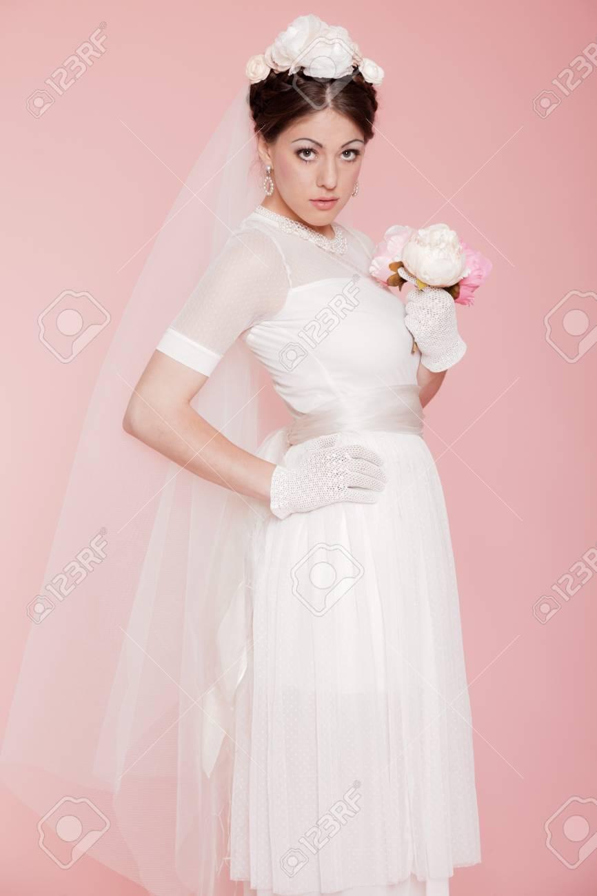 Novia Romántica Retro En Vestido De Novia Blanco. Decorado Con ...