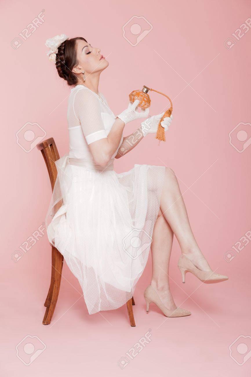 Novia Romántica Del Vintage En El Vestido De Novia Blanco. Usando ...