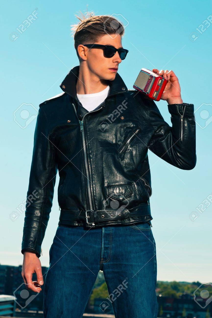 pretty nice d93ed 226bb Rockabilly uomo retrò stile anni '50 con giacca nera ascolta la radio  portatile