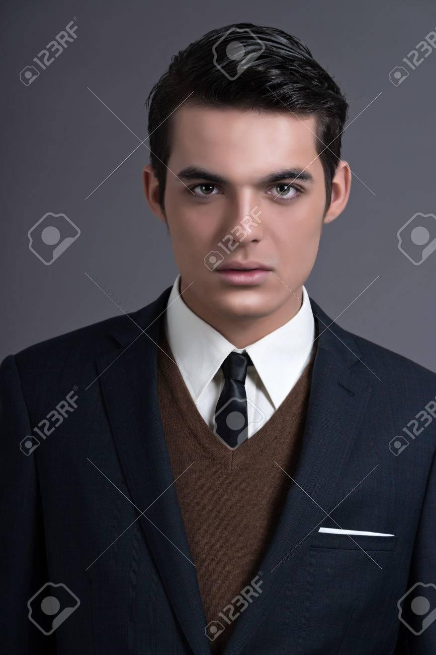 official photos d566a 1c8b9 Retrò anni Cinquanta fashion business uomo con i capelli scuri di grasso.  Indossando la tuta blu scuro e cravatta. Studio sparato contro grigio.