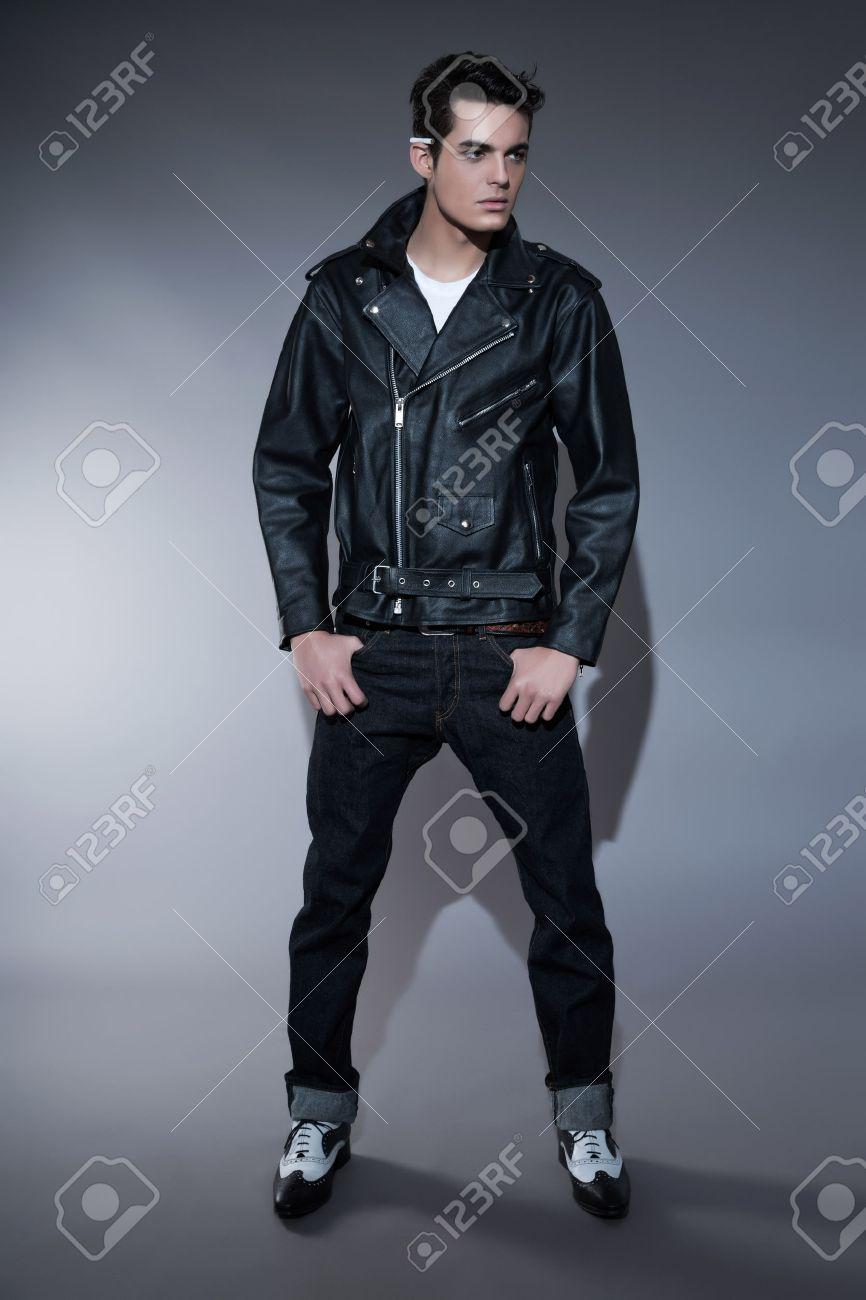 39906431a0 El hombre de moda retro años el rock rollo con el pelo oscuro jpg 866x1300  Moda