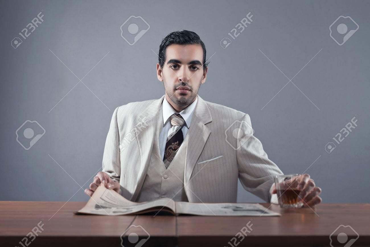 マフィア ファッションの男が白のストライプのスーツとネクタイを身に着け