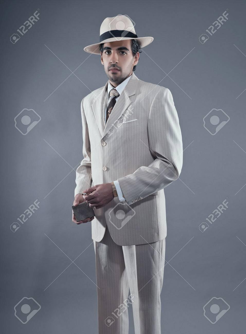 マフィア ファッション男白いストライプ スーツと帽子を着用します。ビンテージのタバコ