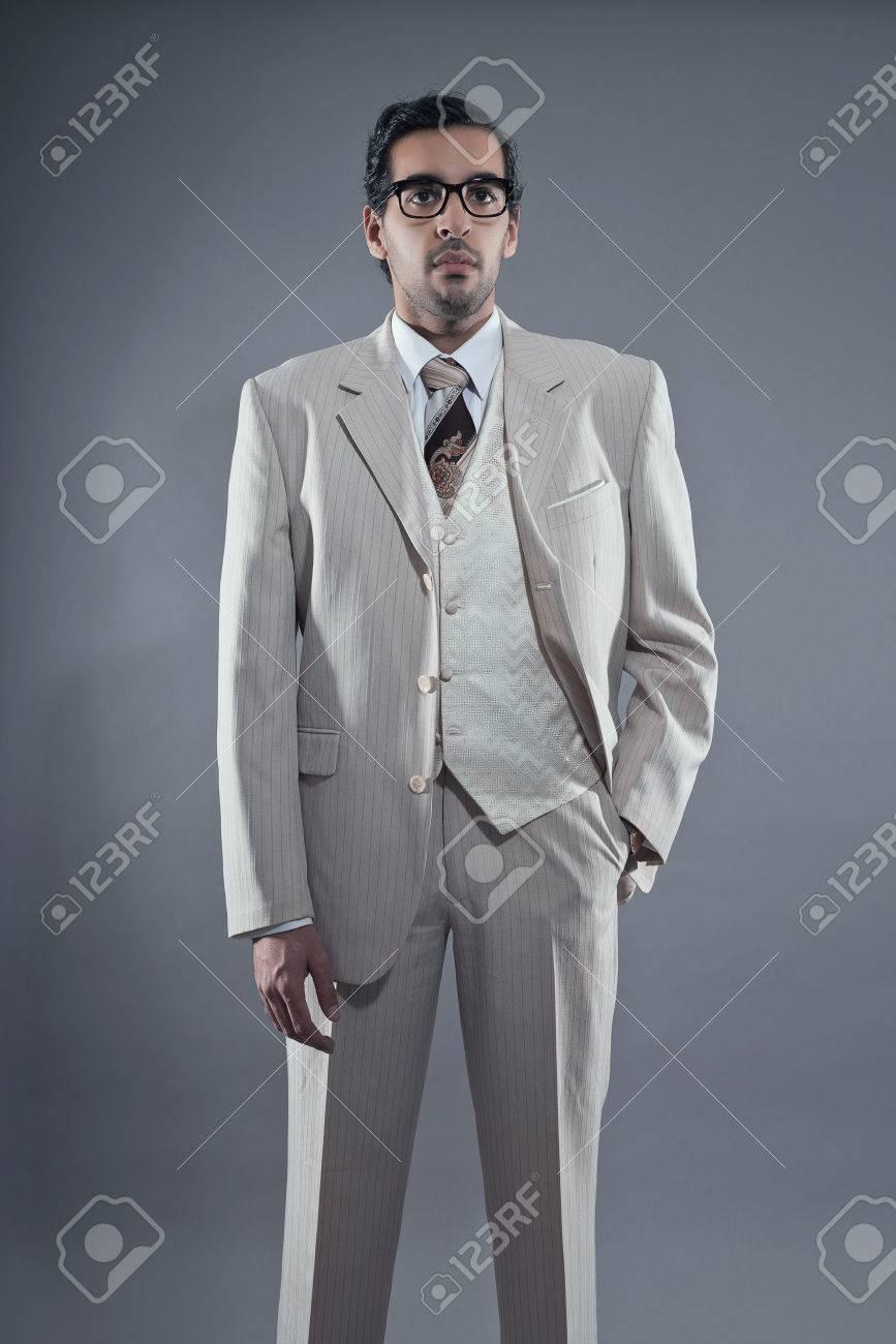 マフィア ファッション男白ストライプ スーツと眼鏡を着ています。スタジオ ショットし