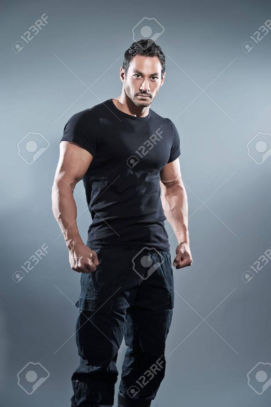 Combat Hombre Musculoso Gimnasio Vistiendo Camisa Y Pantalón