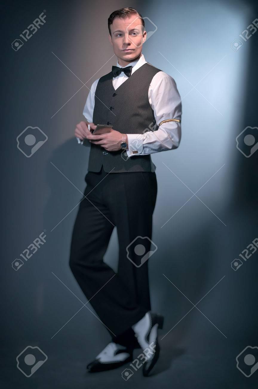 divers styles nouveau design premier taux Rétro mode homme d'affaires classique portant gilet gris et noeud papillon.  Tenir argent étui à cigarettes. Studio shot.