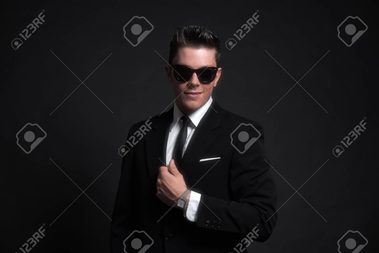 Indovina  da un'immagine il Film - Pagina 22 29790895-retrò-anni-cinquanta-moda-uomo-indossa-occhiali-da-sole-neri-con-giacca-e-cravatta-studio-shot-