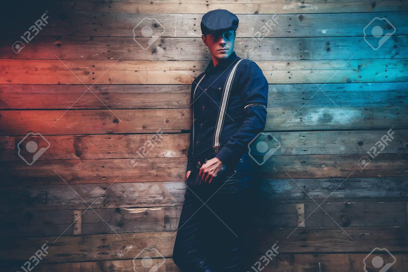 Retro 30er Jahre Mode Mann Mit Blauen Kappe Hemd Hosentrager Und