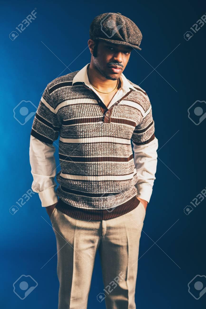 5e62b66aa9f87 Close-up Portrait D'un Homme Afro Trendy Tenue, Porter Chemise à Manches  Longues Et Le Cap, Debout Avec Les Mains Dans La Poche Et En Regardant La  Caméra ...
