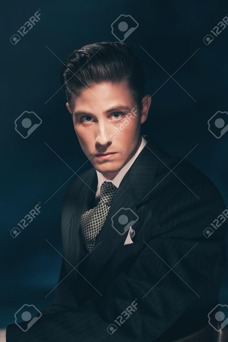 El Hombre De La Vendimia Con Estilo Clásico Con Traje Y Corbata Pelo Peinado Hacia Atrás Fondo Azul Oscuro Estudio De Disparo