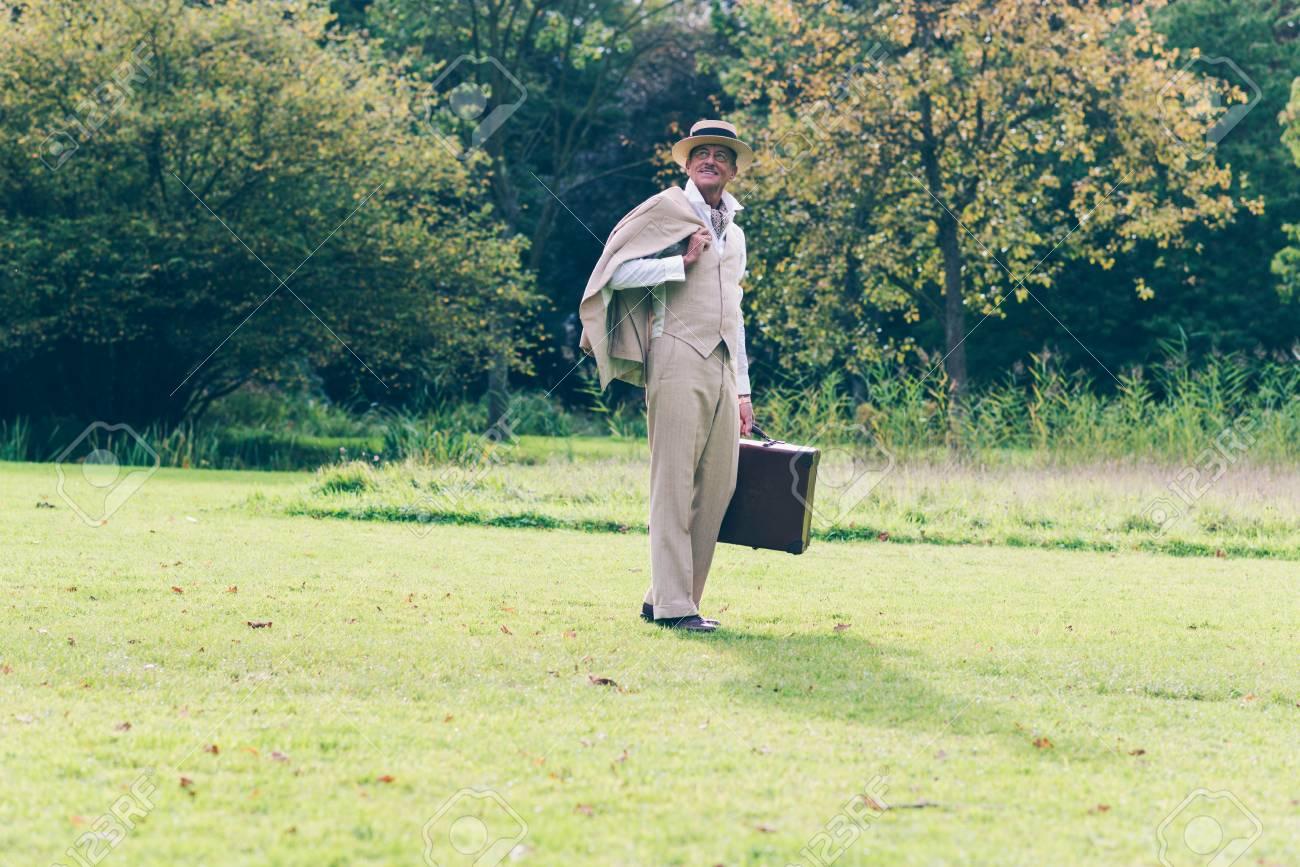 Foto de archivo - Vintage viajero comercial de nuevo en su estado de pie en  el jardín. decef0243e5