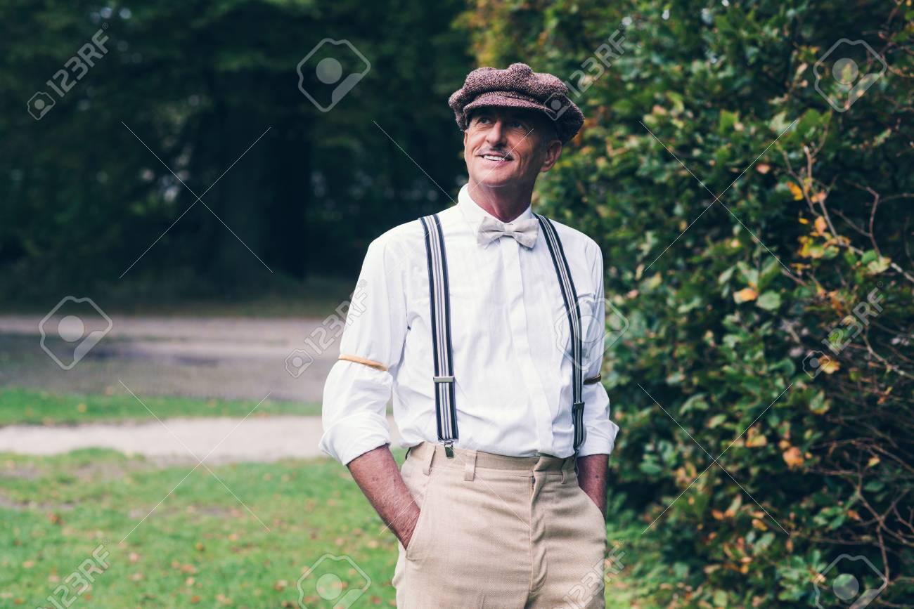 Foto de archivo - Hombre mayor sonriente moda vintage disfrutando de su  jardín. 99a0293d34e