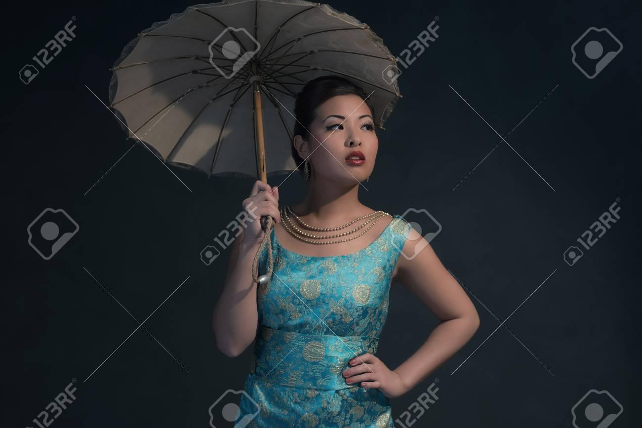 Abiti Da Sera Anni 40.Immagini Stock Retro Anni 40 In Stile Donna Asiatica In Abito