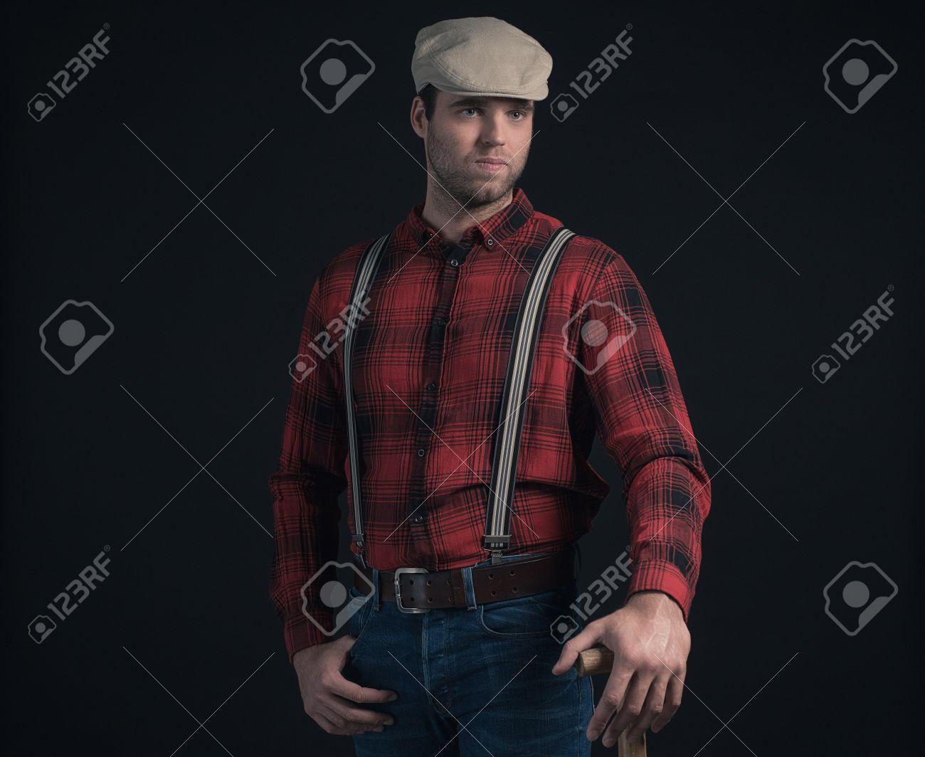 b9ba5518940 Foto de archivo - Hipster moda hombre vestido con camisa de leñador a  cuadros rojo y gorra.