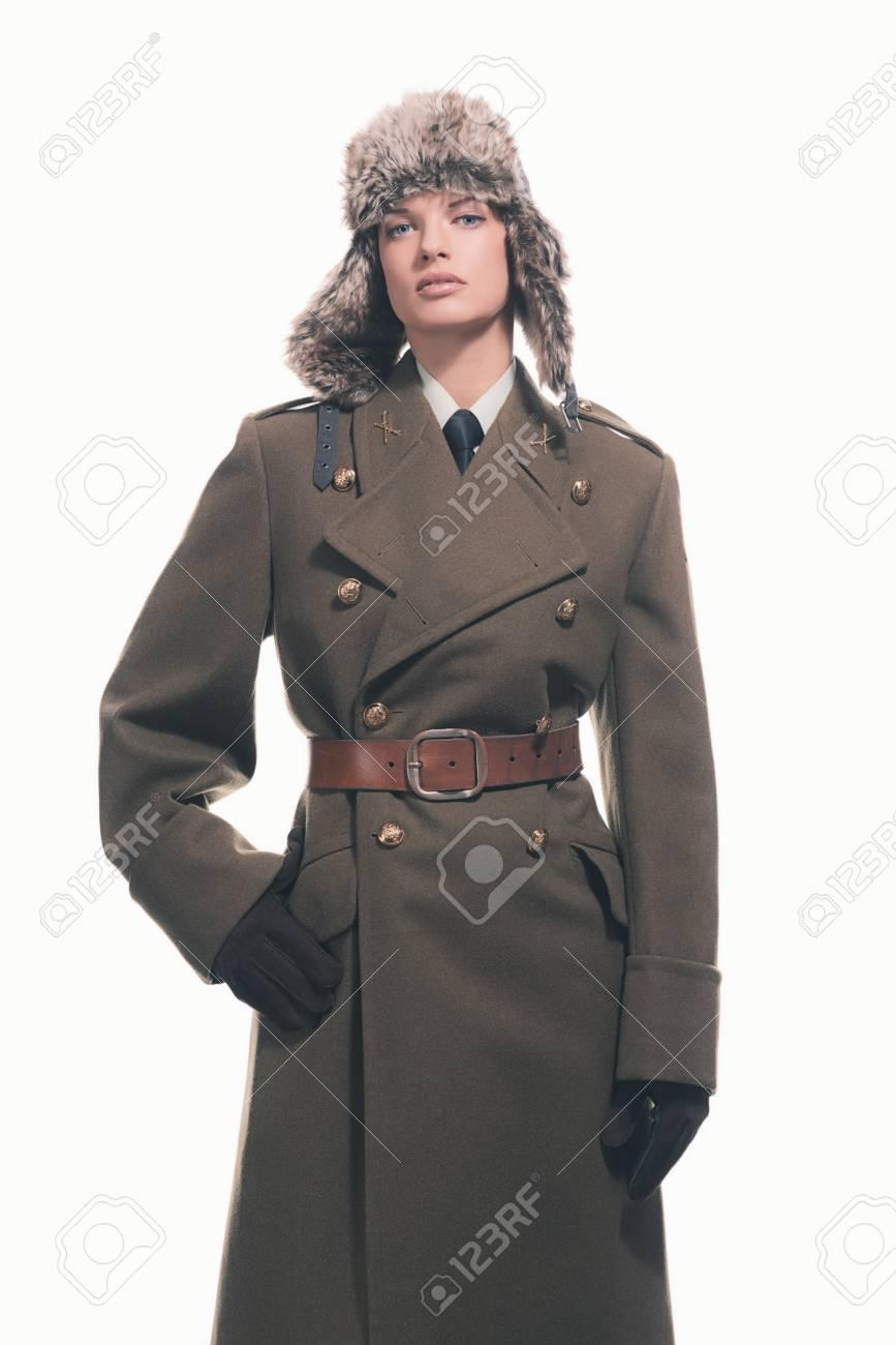 save off b5310 0c45c Donna di inverno retrò esercito che indossa cappotto con cintura e  cappello. Isolata contro bianco.