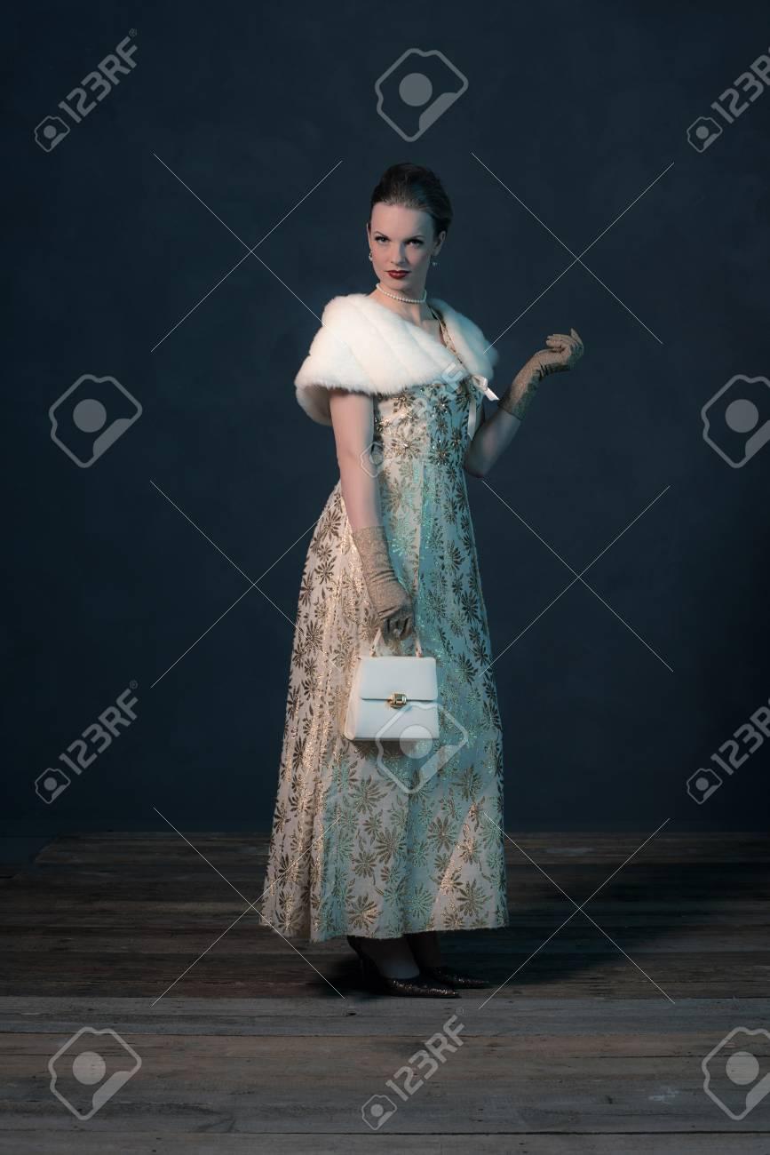 50s Vintage Chic De La Mode Femme En Robe D Or Sac A Main Tenant Banque D Images Et Photos Libres De Droits Image 54458144