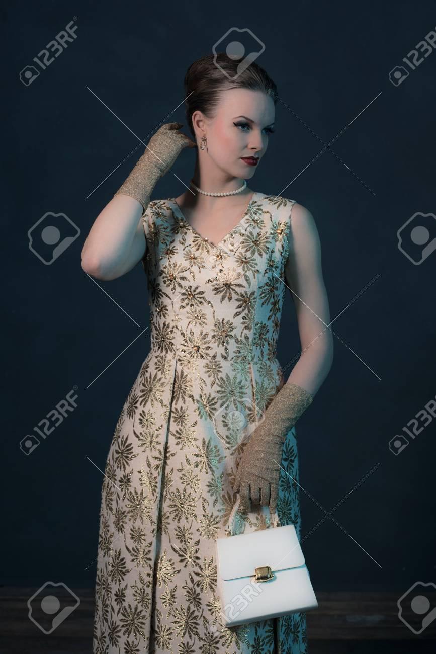 Retro 1950 Chic De La Mode Femme En Robe D Or Sac A Main Tenant Banque D Images Et Photos Libres De Droits Image 54458561