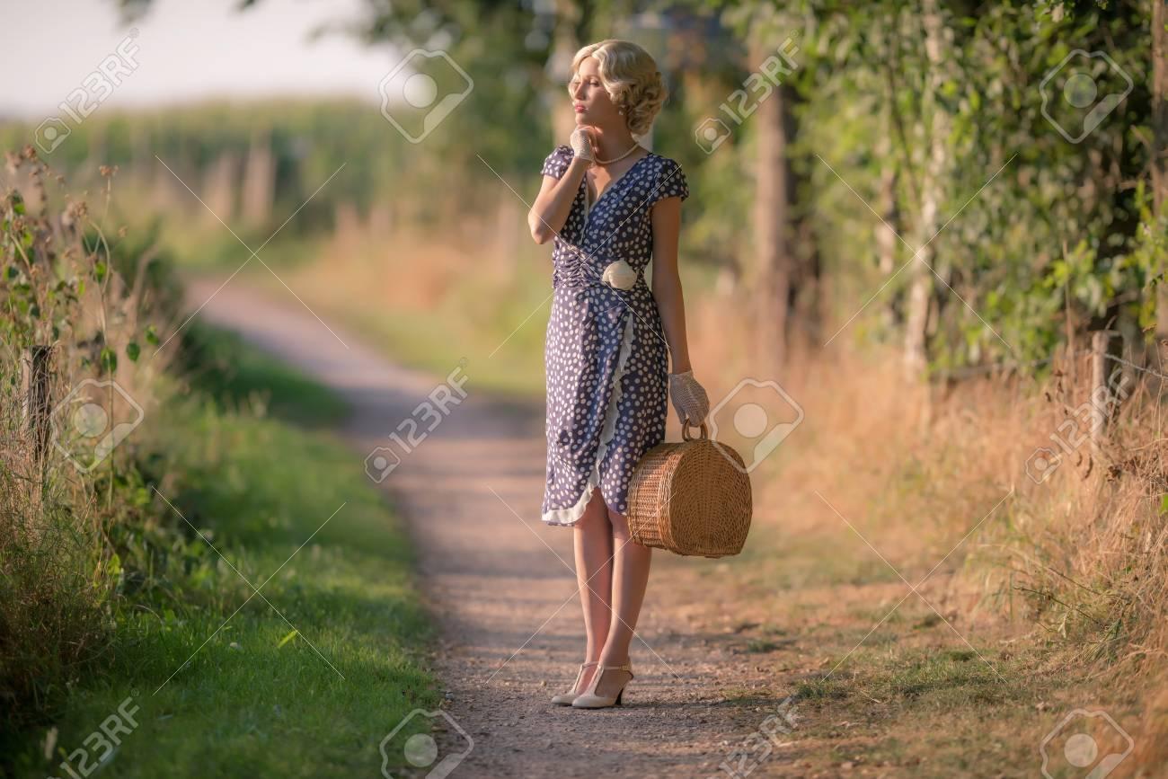 à Sur Voie Main Debout Rurale Femme Mode La Avec Sac Rétro 1920 8ZAqYw4xx