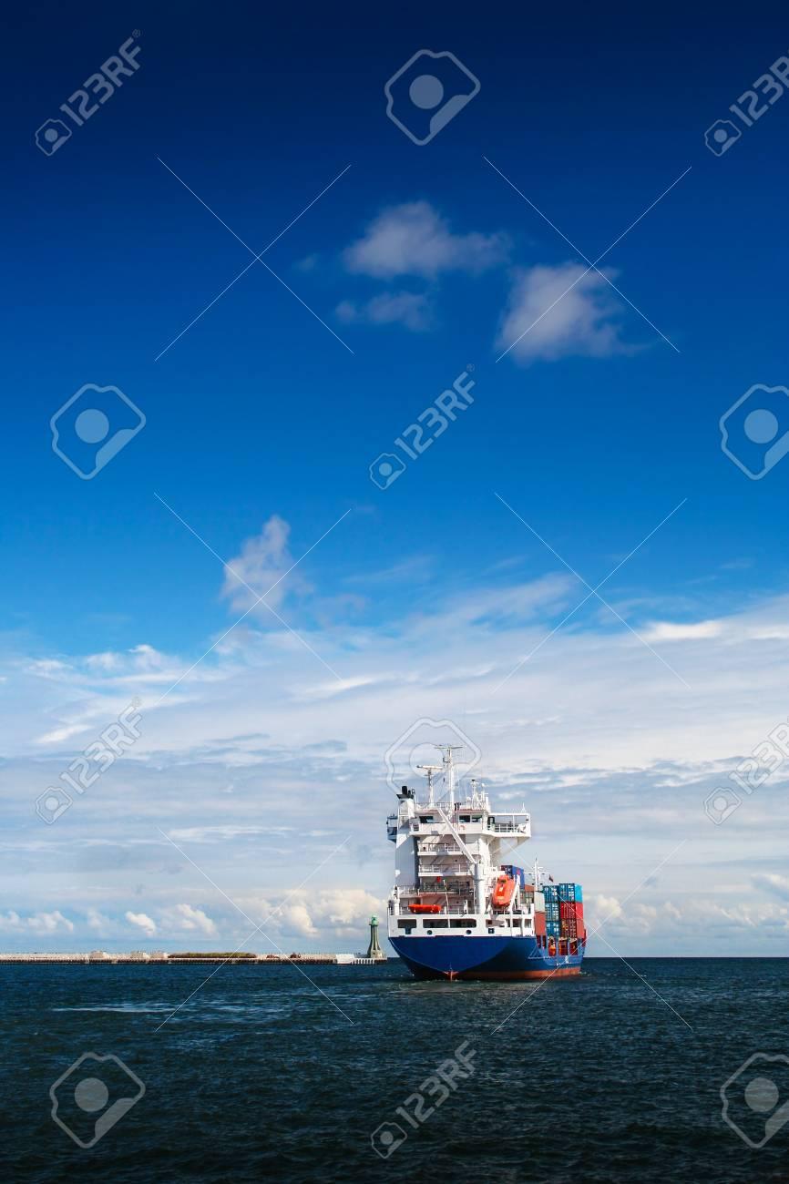 Frachtschiff Verlässt Gerade Den Hafen Von Gdynia. Vertikaler Rahmen ...