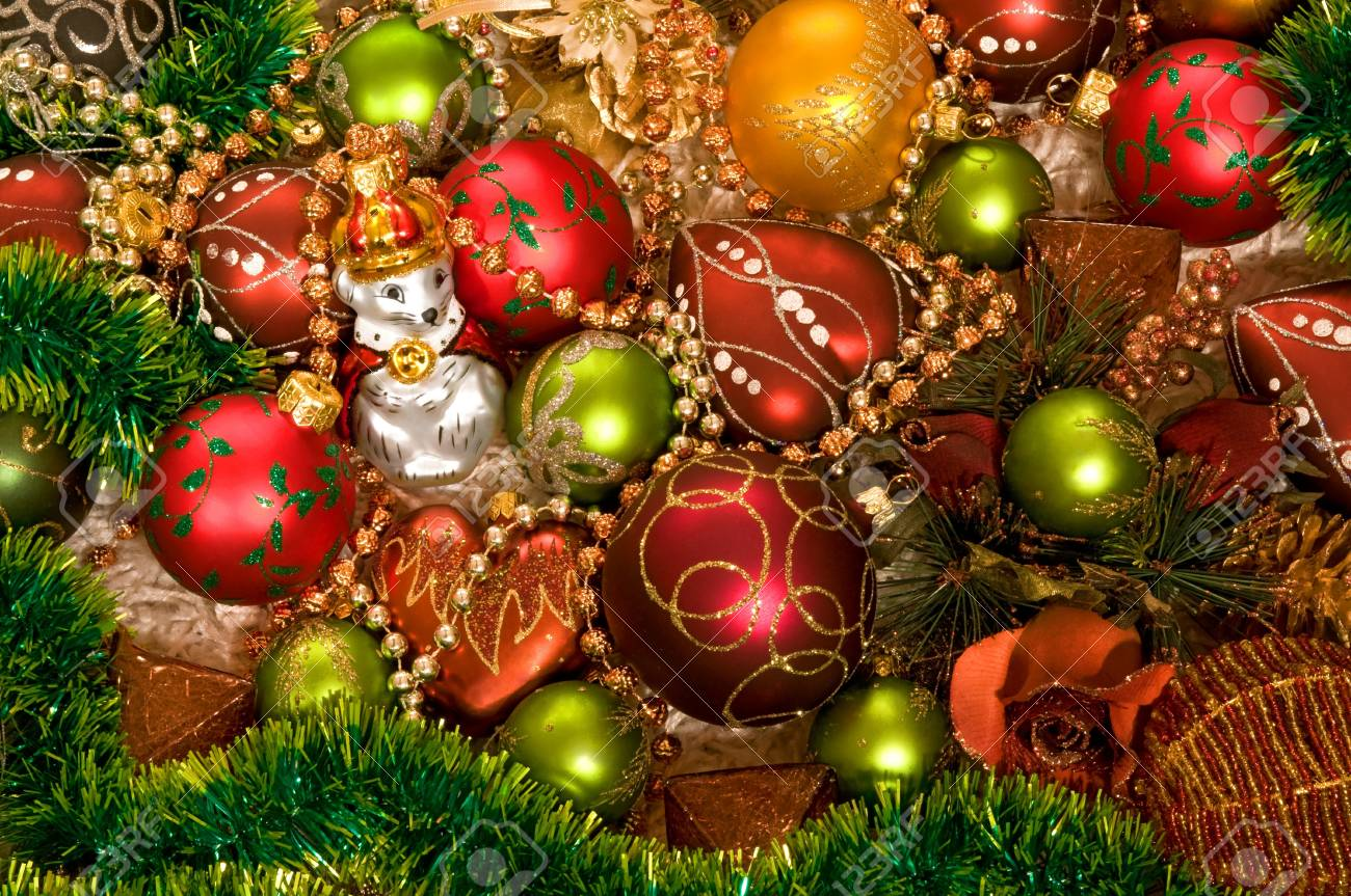 Weihnachts-Baumschmuck Auf Weißem Teppich Mit Lametta Lizenzfreie ...