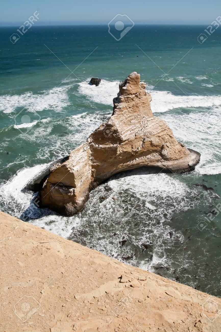 ごく最近、本土から壊れているとは有名なパラカス大聖堂岩の形成 の ...