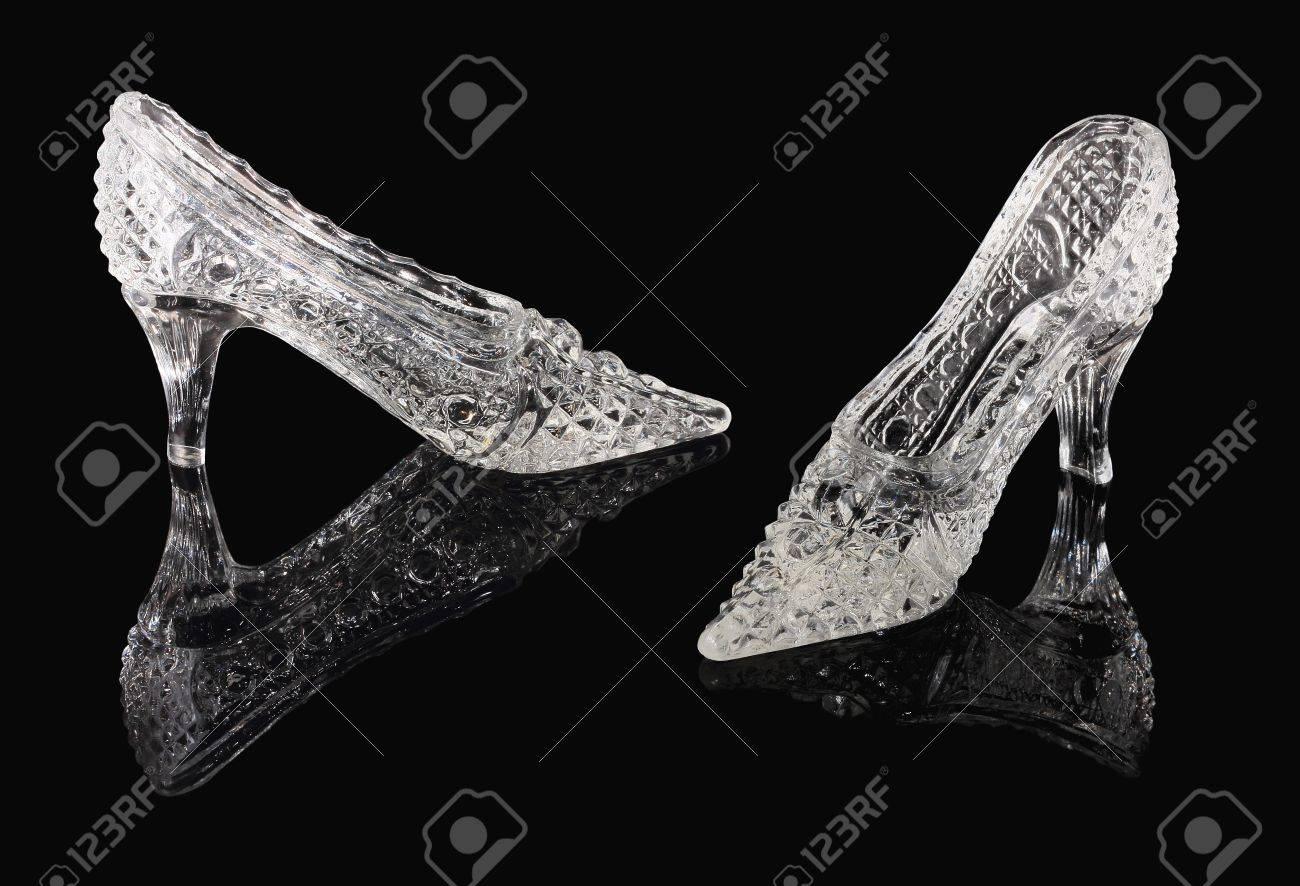 772612388ca Twee kristal schoenen van Cinderella staan op een zwarte spiegel